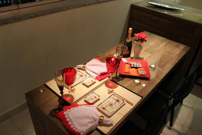 Mesa posta para um jantar japonês
