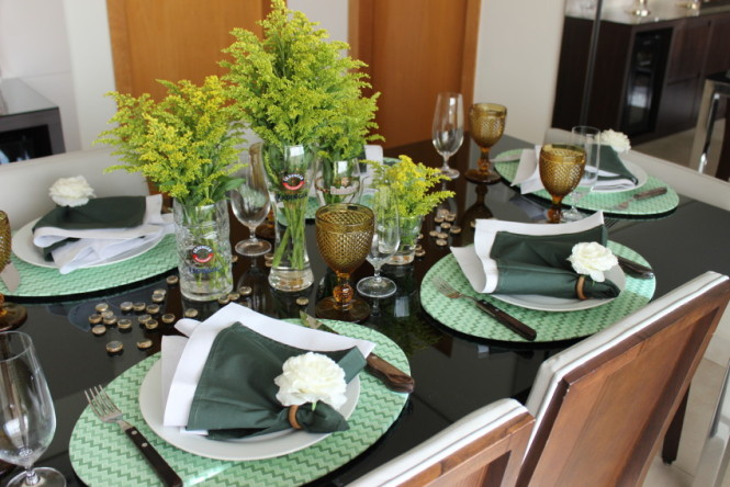 Mesa decorada tons verde e branco