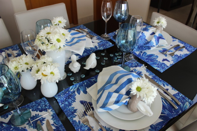 mesa posta azul e branco