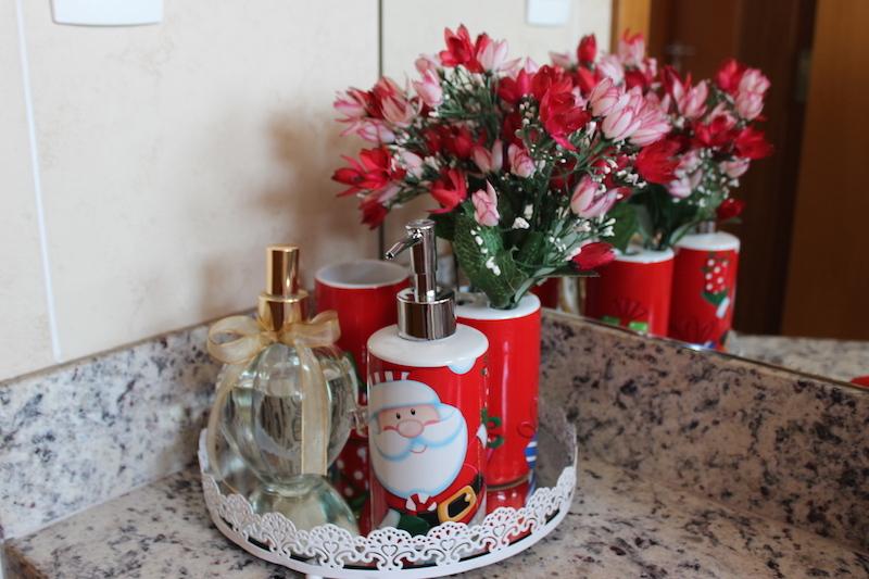 decoracao de lavabo para o natal:Na minha bandeja, coloquei o jogo de banheiro de Papai Noel que recebi