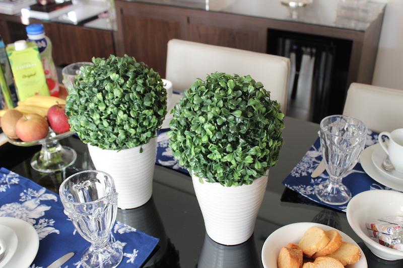 flores artificiais plantinha verde