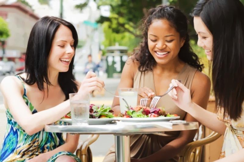 amigas almocando juntas saudavel