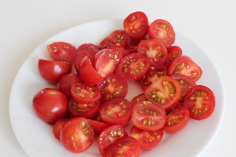 cortando tomate cereja