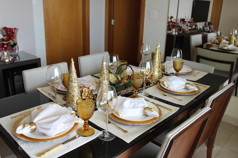 decoracao de mesa de natal dourada e branca