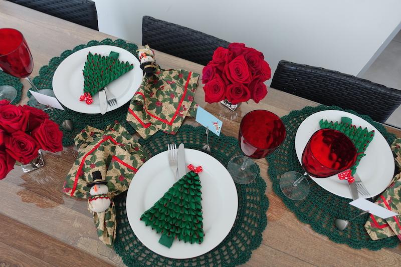 decoracao de mesa de natal verde e vermelha
