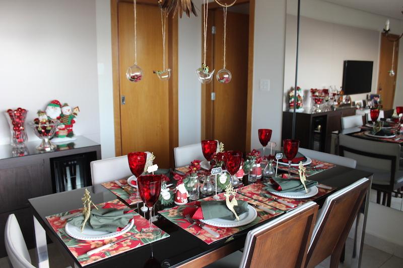 mesa de Natal com tons vermelho e verde