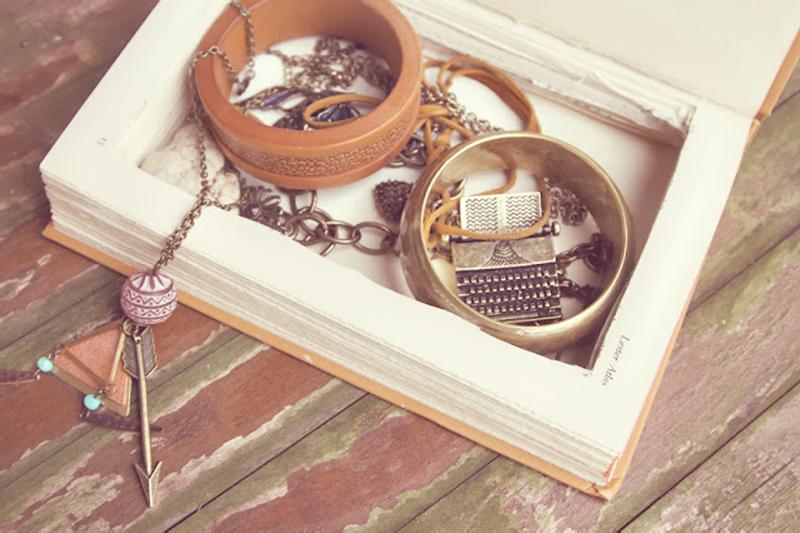 como organizar bijuteria com livros velhos