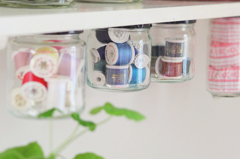 como organizar bijuteria mason jars em prateleiras