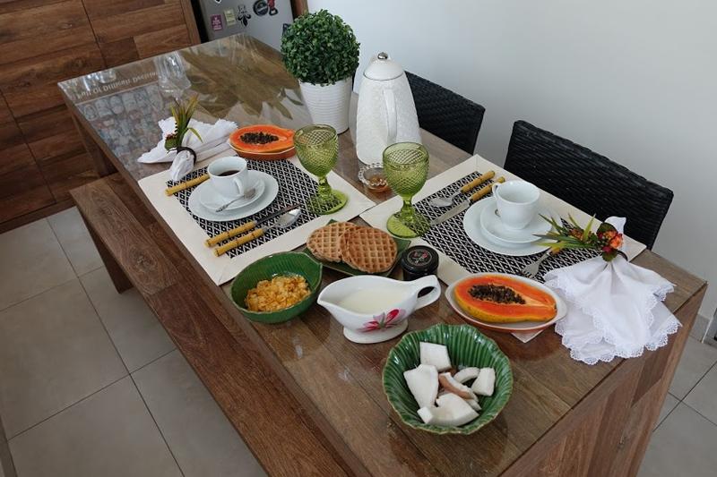 mesa posta para cafe da tarde