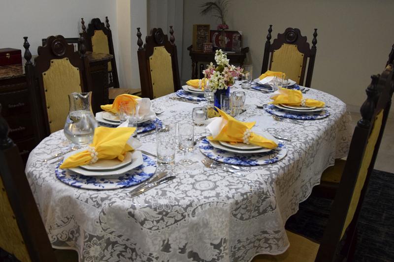 Mesa posta azul e amarela Cris