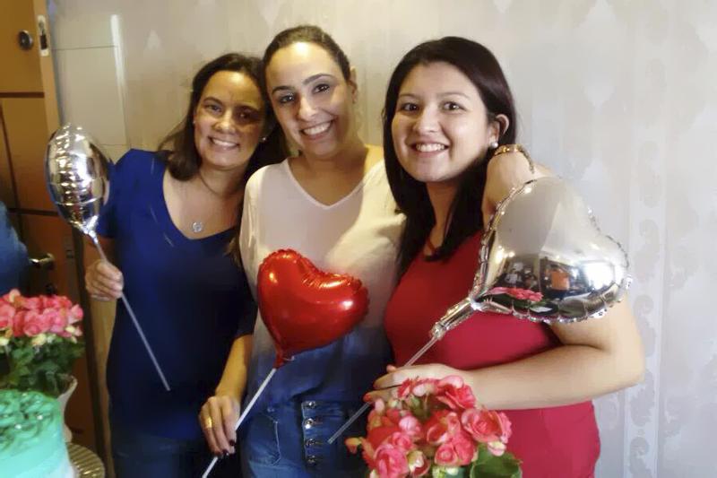 aniversario duplo Patricia com mae e irma