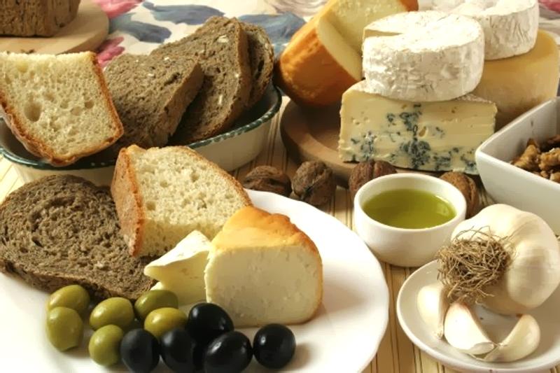 cesta de paes e queijos para piquenique romantico