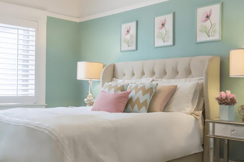 quarto com decoracao delicada e feminina
