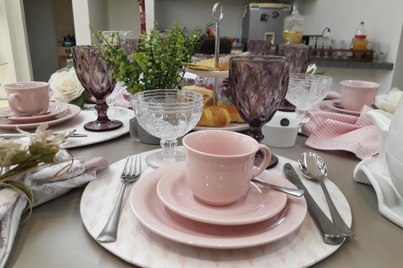 mesa posta cor de rosa