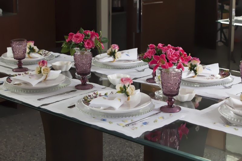 mesa posta com flores