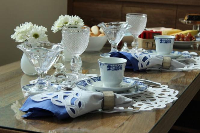 mesa de café da manhã azul e branca
