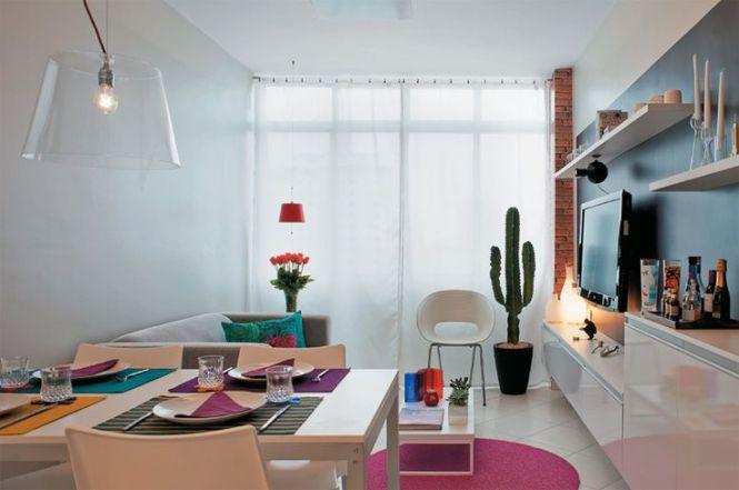Móveis coloridos em um apartamento alugado