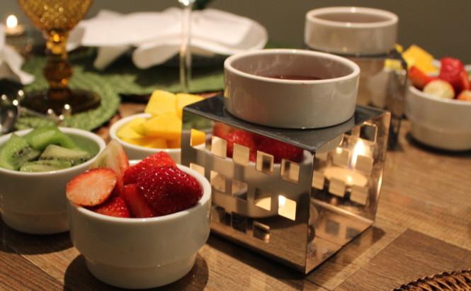 Mesa posta de fondue de chocolate