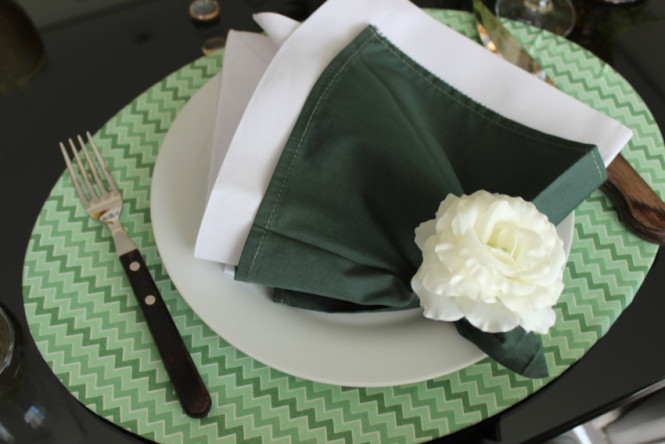 Guardanapo de tecido com porta guardanapo de flor