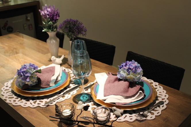 mesa posta azul e roxo