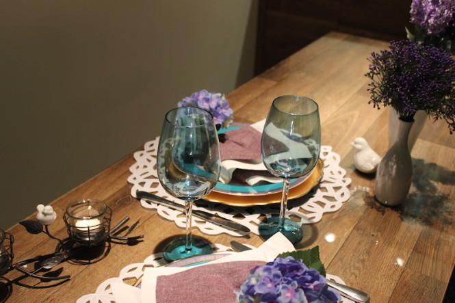 mesa posta com taças azuis