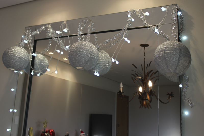 decoracao de ano novo com lanternas e luzinhas