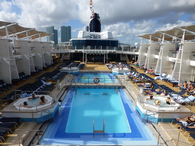 piscina celebrity reflection