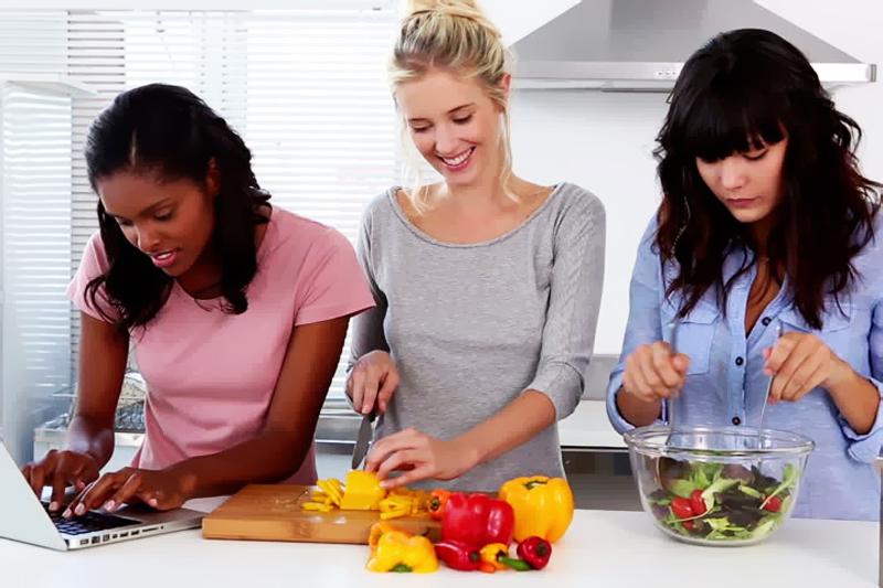 amigas preparando almoco juntas