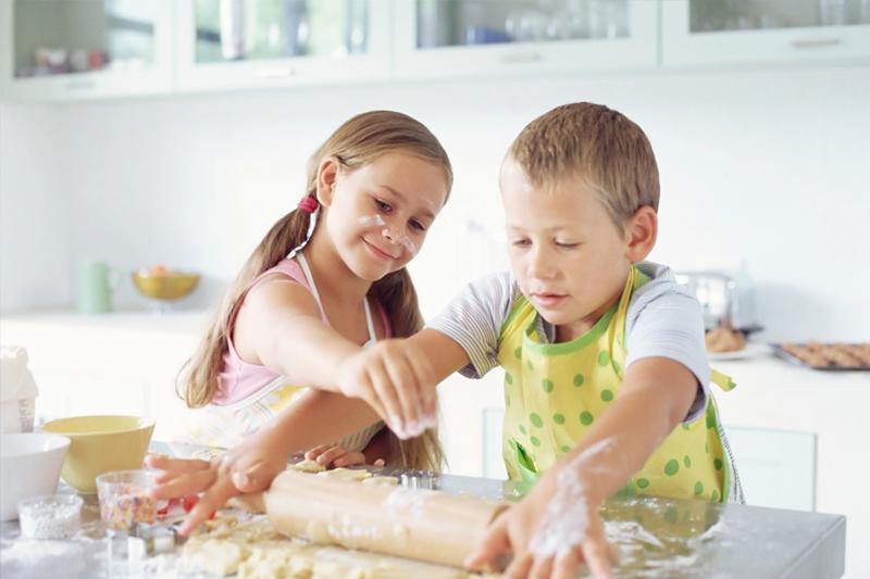 criancas fazendo bolo