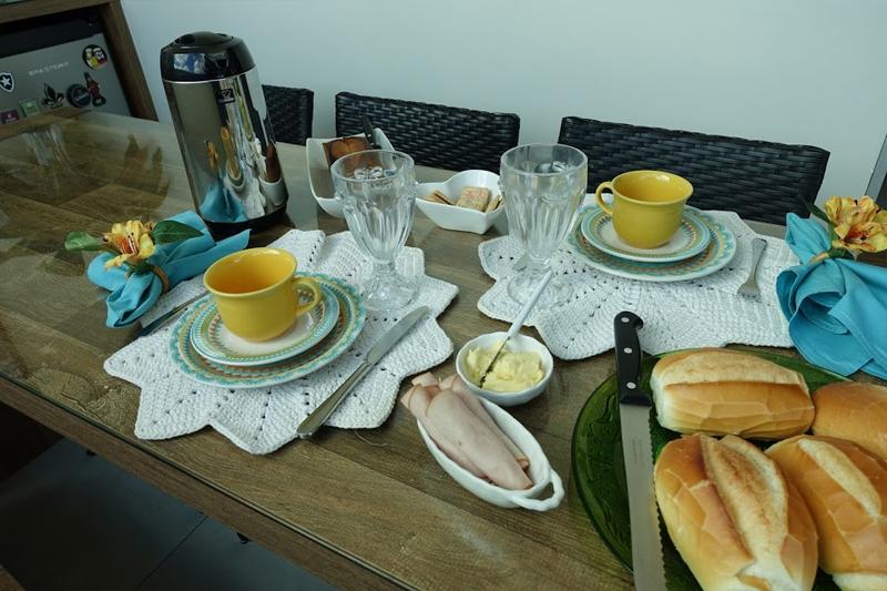 mesa posta para cafe da tarde ou cafe da manha