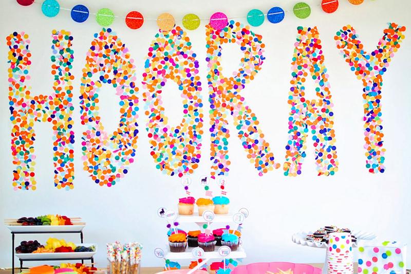 enfeite de aniversario simples parede com confete