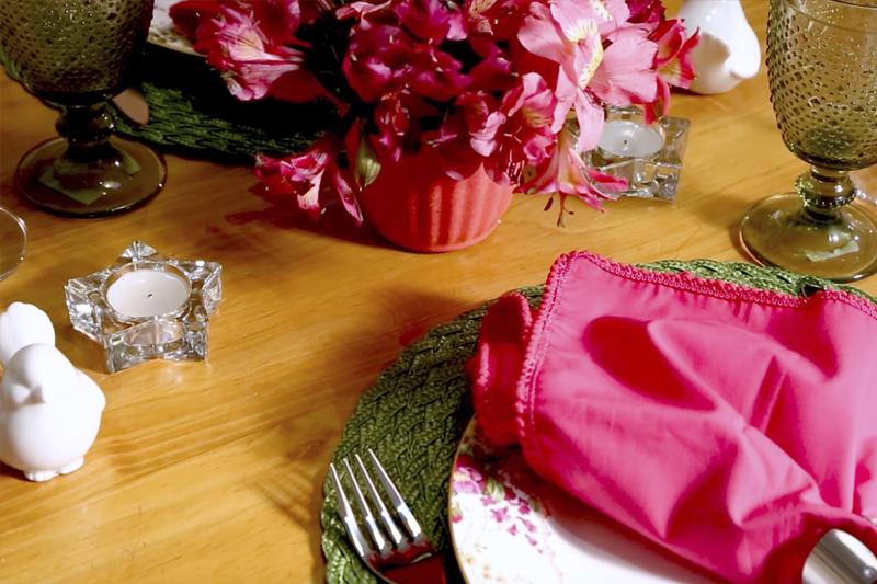 detalhes mesa posta para jantar romantico de aniversario de casamento