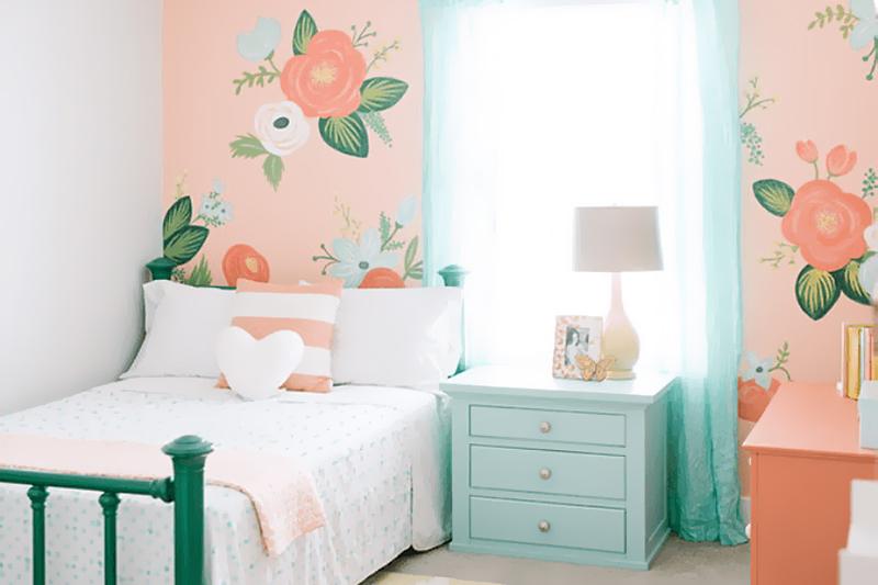 quarto com papel de parede floral e tons pasteis