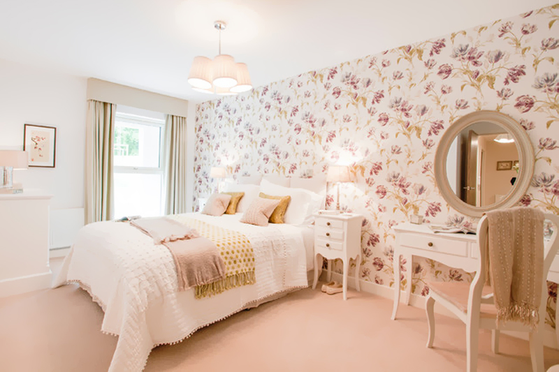 quarto com papel de parede floral
