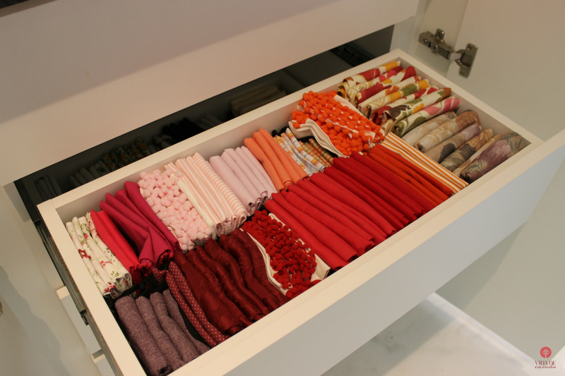 armario de roupas de mesa organizado