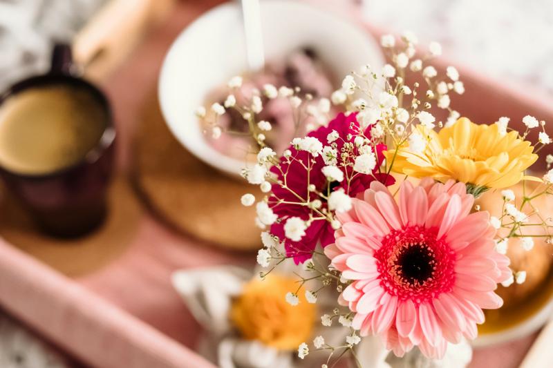 flores para decoração de mesa de café da manhã