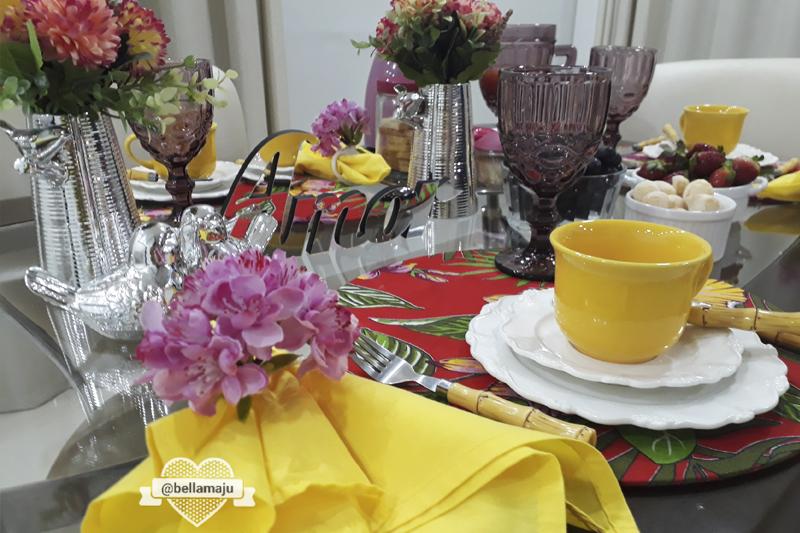 mesa posta com cores alegres