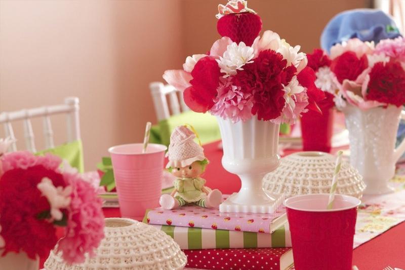 decoracao de festa infantil de moranguinho com pompom de papel