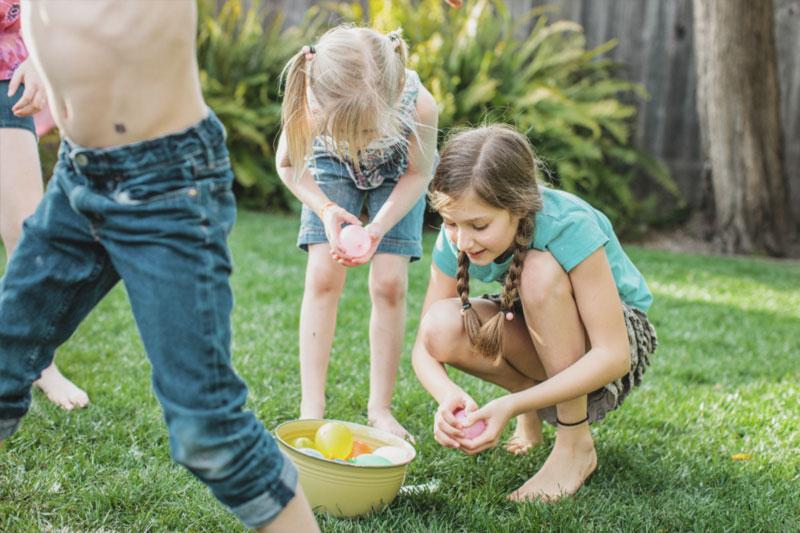 guerra de balao de agua em festa de dia das criancas