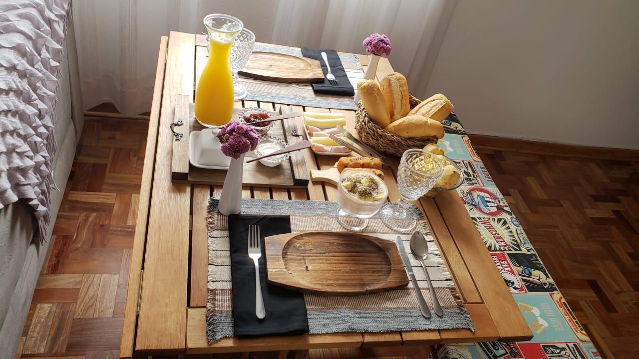 mesa de cafe da manha prato de madeira
