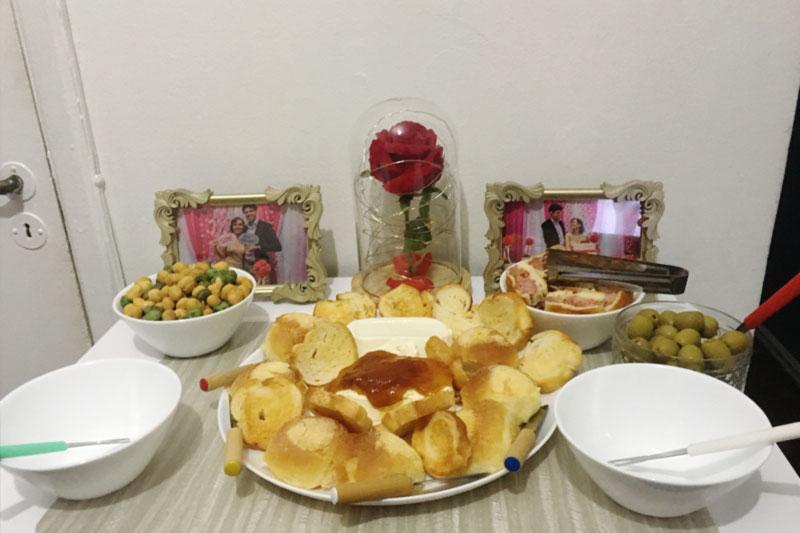 Aperitivos para jantar com cream cheese, torradinhas e amendoim