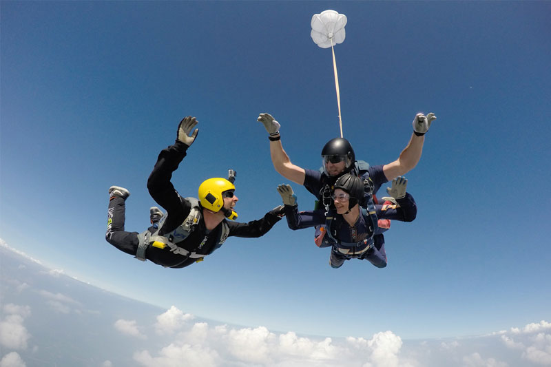 salto de paraquedas em casal