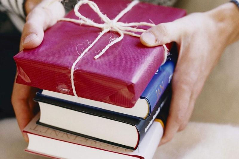 livros embrulhados de presente para namorado