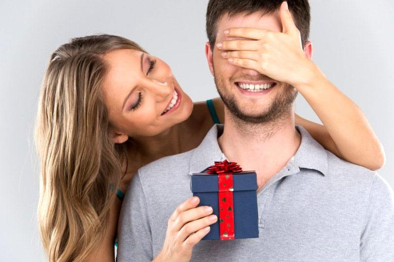 presenteando o namorado