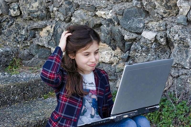 Menina com Notebook