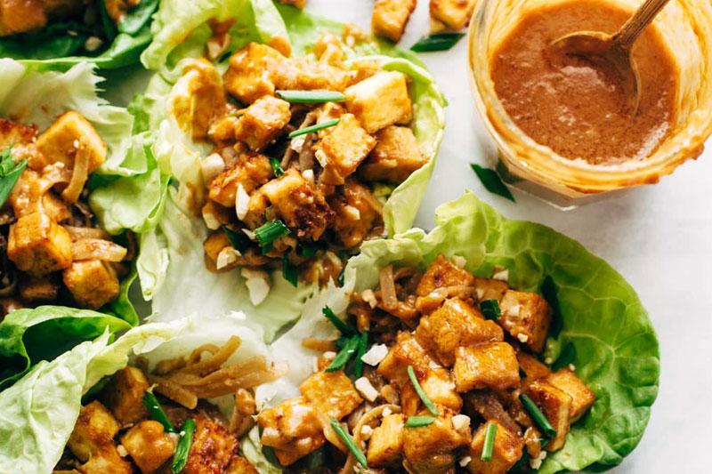 receitas veganas fáceis de fazer: alface com tofu e molho
