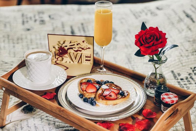 bandeja para um café da manhã romântico