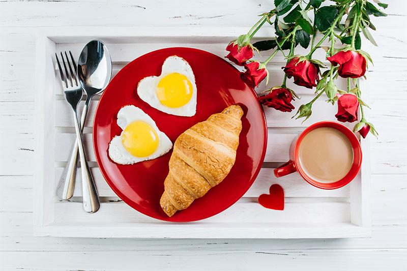 ovos em formato de coração para um café da manhã romântico