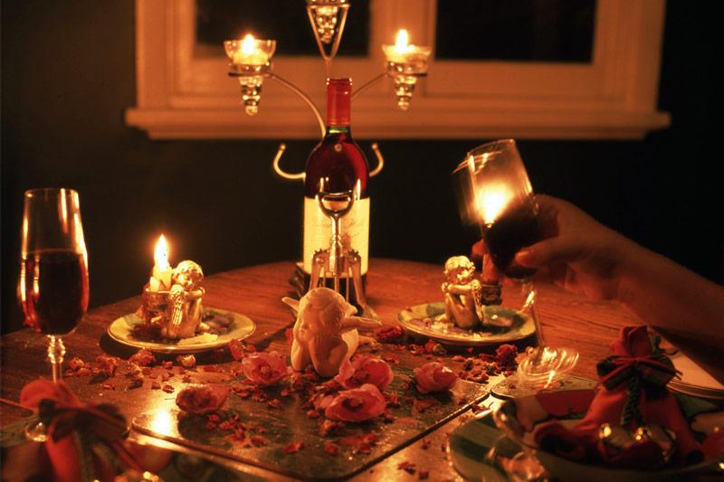 mesa de jantar romântico decorada com adornos pessoais