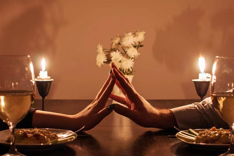 jantar romântico com velas e flores